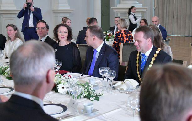 Jenni Haukio istui lounaalla Puolan presidentin Andrzej Dudan ja Helsingin pormestarin Jan Vapaavuoren pöydässä.