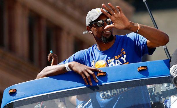 NBA-mestari Kevin Durantilla oli lentokoneessa aikaa vastata vihaajilleen.