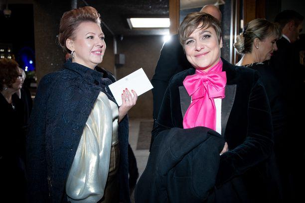 Silvia Modig kertoi Iltalehdelle pukuongelmastaan. Kuvassa mukana Aino-Kaisa Pekonen.
