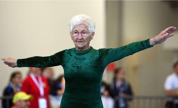 91-vuotias telineiden teräsrouva harjoittelee edelleen kahdesti viikossa.