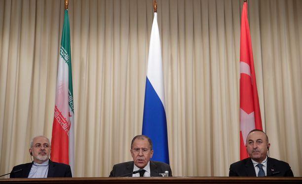 Iranin ulkoministeri Mohammad Javad Zarif (vas.), Venäjän ulkoministeri Sergei Lavrov ja Turkin ulkoministeri Mevlut Cavusoglu tapasivat tiistaina Moskovassa.