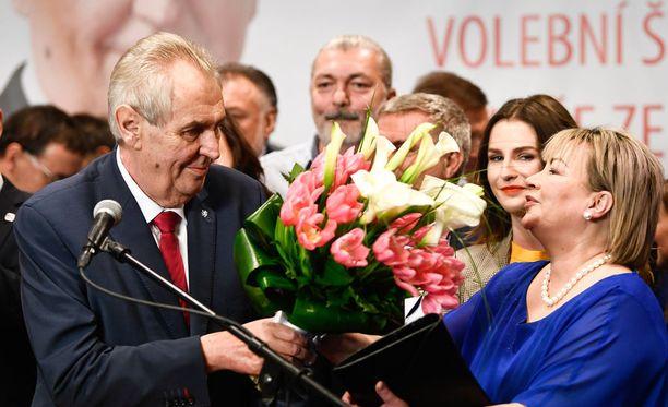 Tsekin istuva presidentti Miloš Zeman on voittanut jatkokauden maan presidentinvaaleissa. Hänen vaimonsa Ivana Zemanova iloitsee vierellä.