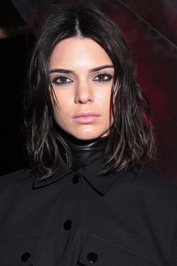 Musta tukka toimii Kendall Jennerin lämpimän ihonsävyn ja ruskeiden silmien rinnalla.