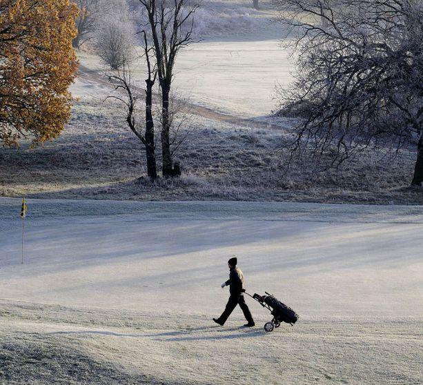 Suomessa osa lähellä merenrantaa sijaitsevista golfkentistä on ollut auki pelaajille joulu- ja tammikuussa poikkeuksellisen lauhan sään takia. Kuvituskuva.
