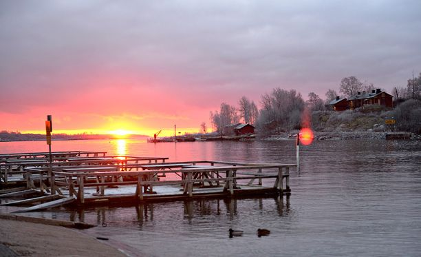 Auringonlasku Helsingin Kaivopuistossa viime joulukuussa.