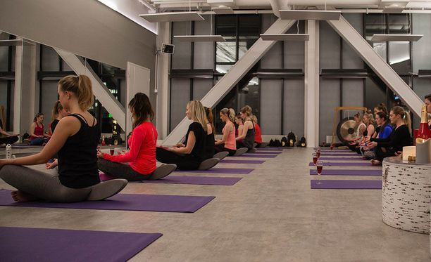 Tunti alkaa meditaatioharjoituksella. Jokainen osallistuja saa eteensä lasillisen glögiskumppaa ja menee alkuasentoon. Aluksi huomio kiinnitetään lasissa oleviin kupliin mielen rauhoittamiseksi.