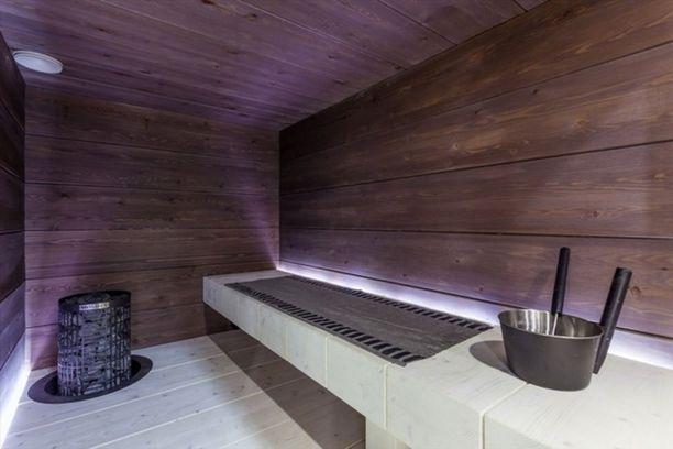 Tässä vuonna 2015 rakennetun omakotitalon saunassa on massiivilankkulauteet ja kauko-ohjattu pylväskiuas.