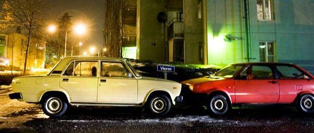 Ladoja on myynnissä neljä kappaletta. Kaksi on takavetoisia pappamalleja ja kaksi Samaraa. Kuvan autot ovat samannäköisiä, mutta eivät liity Yleen.