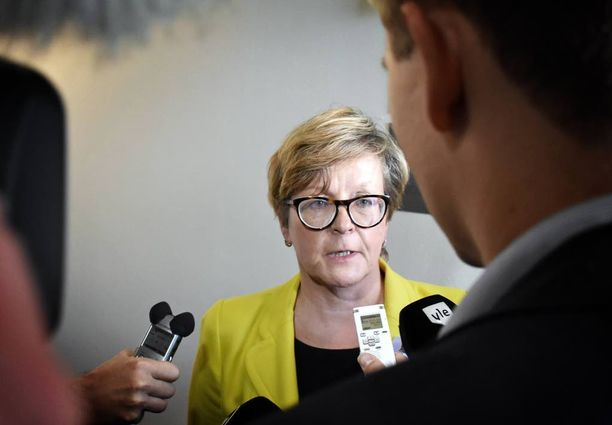 Finavian hallituksen entinen puheenjohtaja Riitta Tiuraniemi syyttää liikenne- ja viestintäministeri Anne Berneriä (kesk) painostamisesta.