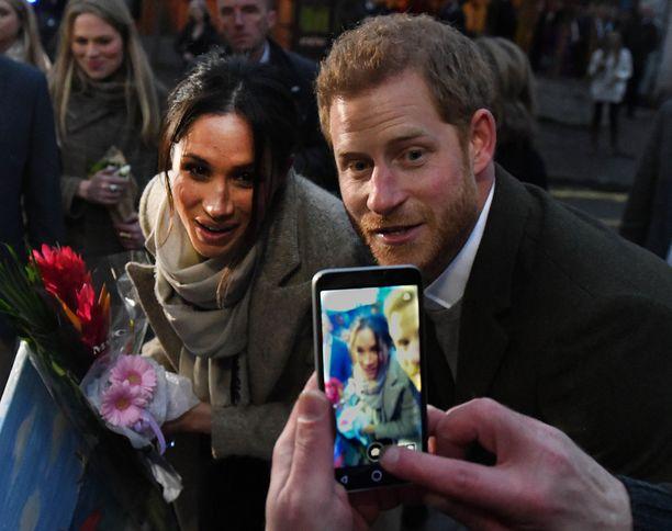 Harry ja Meghan suostuivat jopa poseeraamaan selfieissä.