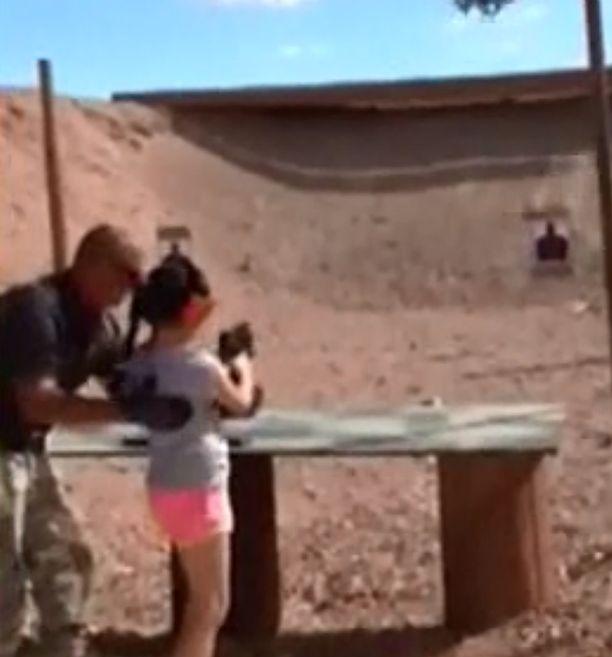 Pieni osa asekuolemista on onnettomuuksia. Videolta otetussa kuvakaappauksessa näkyy ampumaohjaaja Charles Vacca, joka neuvoi 9-vuotiasta tyttöä konepistoolin käytössä vuonna 2014. Tyttö menetti sarjatuliaseen hallinnan ja ampui Vaccaa kuolettavasti päähän.