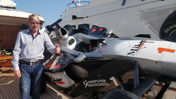 Mika Häkkinen esitteli Monacon GP:n yhteydessä huvijahdillaan mestaruusautoaan vuodelta 1998.