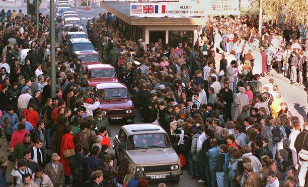 Arkistokuvaa vuodelta 1989. Trabantit ajoivat letkana Checkpoint Charlien ohi kohti Länsi-Saksaa.