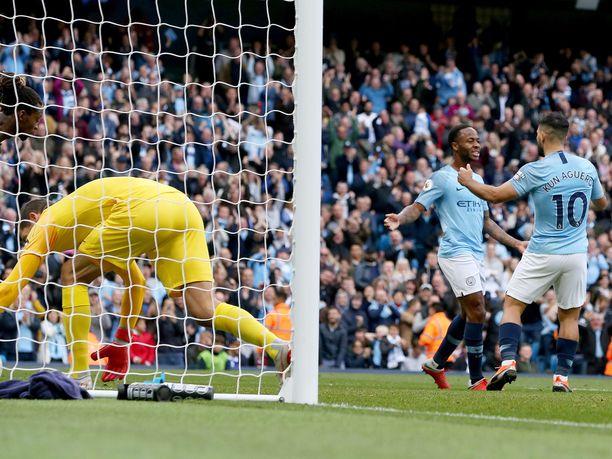 Raheem Sterling (vasemmalla) ja Sergio Agüero tekivät maalin mieheen, kun Manchester City voitti kotikentällään Brightonin.