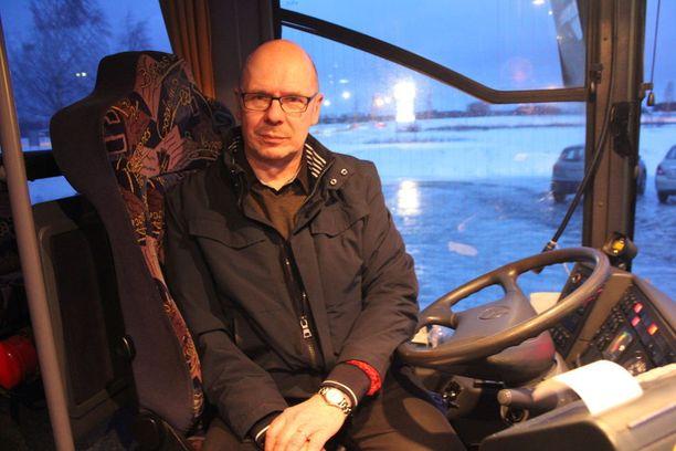 32 vuotta ammatikseen autoillut Raimo Hernesniemi sanoo torstain keliolosuhteiden olleen uransa pahimmat.