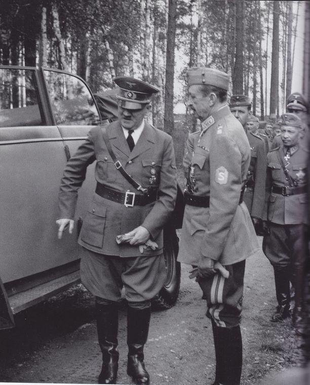 Tämä kuva otettiin, kun Hitler vieraili Mannerheimin syntymäpäivillä sotavuonna 1942.