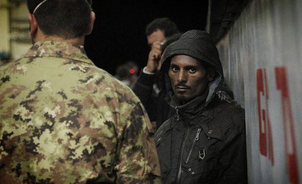 Yli 800 siirtolaista napattiin kiinni heidän yrittäessään ylittää Välimerta lokakuussa. Osa siirtolaisista vietiin Lampedusan saarelle.
