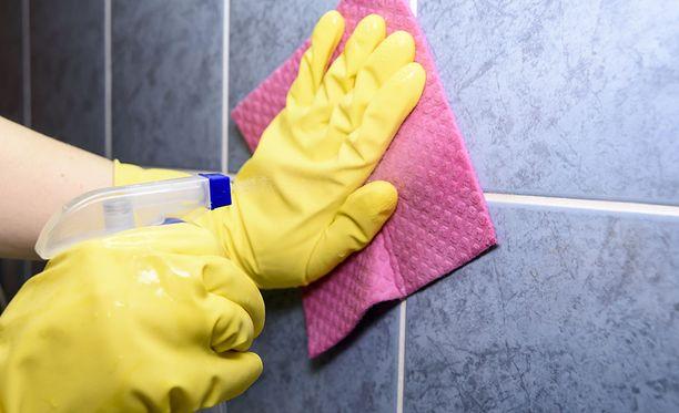Molempien yritysten edustajat kehottavat käyttämään puhdistuksessa kaupan valmisteita, sillä ne on testattu oikeissa olosuhteissa.