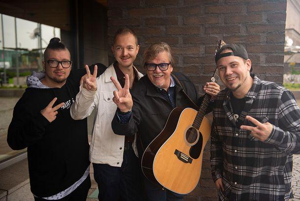 Mikko Alatalon Viimeinen juna -levyllä vierailevat kantrikitaristi Larry Peninsula, kesk. ja rap-bändi Mansesterin Mc Mane (Markus Savolainen) vas. ja Vainis (Jesse Lehtinen) oik.