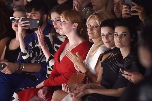 Christina Hendricks, Pamela Anderson ja Neve Campbell Christian Sirianon näytöksessä vuonna 2016.