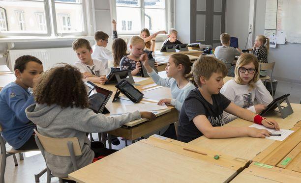 Ehdotuksen mukaan esimerkiksi peruskoulun alkuopetuksessa suhdeluku olisi yksi opettaja 18 oppilasta kohden. Kolmannelta luokalta lähtien luku olisi yksi opettaja kahtakymmentä oppilasta kohden.