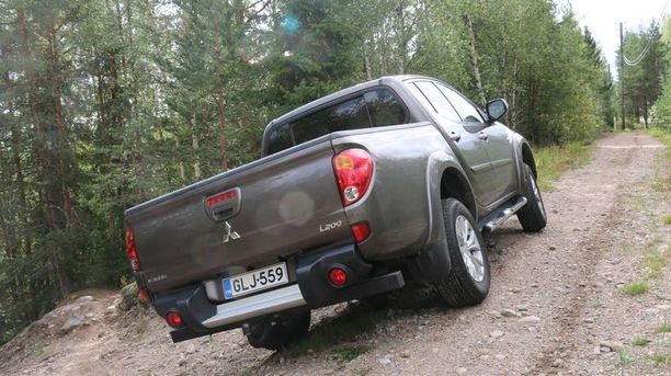 Nelivetoinen auto kiipeää pahoissakin paikoissa.