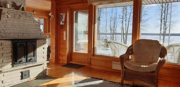 50 neliön mökki sijaitsee Etelä-Savossa Savonrannassa. Huvila on kahdessa tasossa ja rannassa on sauna.