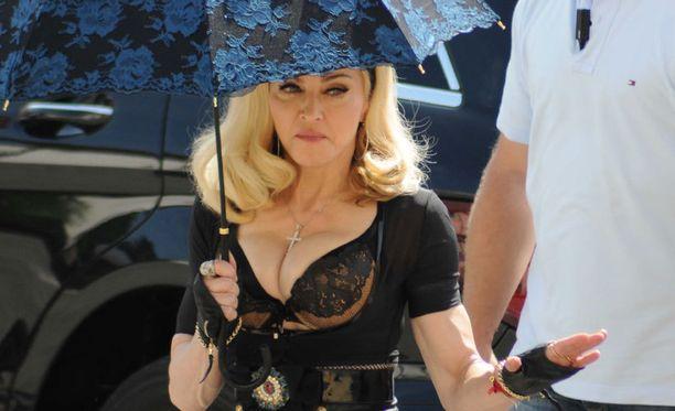 Madonnan edestä auki oleva paita paljasti tähden pitsirintaliivit.