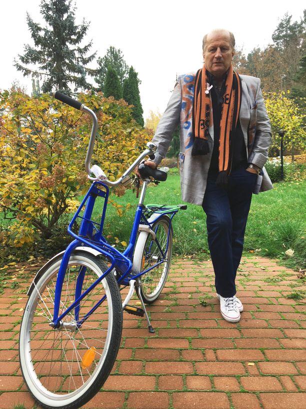 Viime viikot Juhani Tamminen on ajanut sinisellä polkupyörällä.