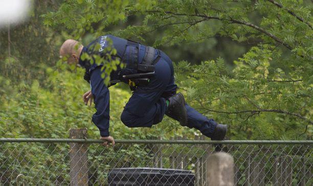 Mies pakeni pihojen poikki ja hänet saatiin kiinni piharakennuksesta.