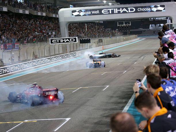 F1-kausi 2018 päättyi Abu Dhabissa kolmen maailmanmestarin – Ferrarin Sebastian Vettelin, McLarenin Fernando Alonson ja Mercedeksen Lewis Hamiltonin – donitseihin lähtöruudukossa.