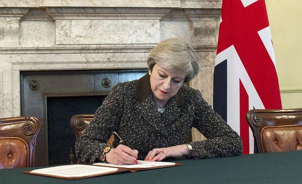 Britannian pääministeri Theresa May allekirjoitti virallisen eroilmoituksen myöhään tiistai-iltana.