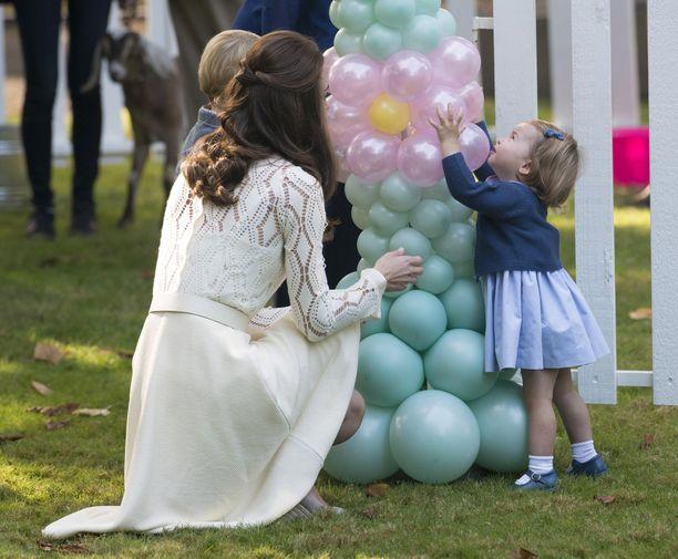 Charlotte kuvattuna leikeissä äitinsä ja veljensä prinssi Georgen kanssa.