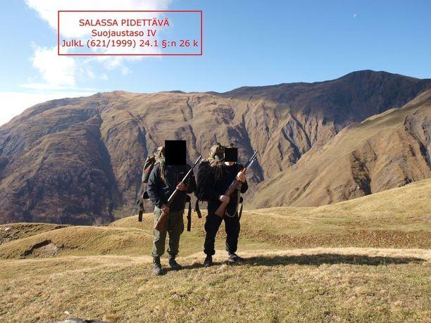 Metsästysretki Georgian vuorille. Näin terrorismijutun pääepäilty selittää näitä kuvia.