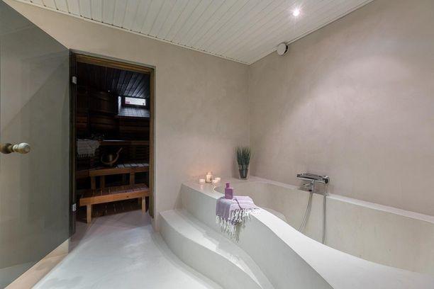 Tunnelmallinen sauna perinteiseen tapaan ja erikoismuotoiltu amme kutsuvat rentoutumaan.