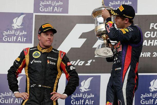 Kimi Räikkönen ei juuri kakkossijaansa juhlinut. Vieressä Sebastian Vettel tunnelmoi.