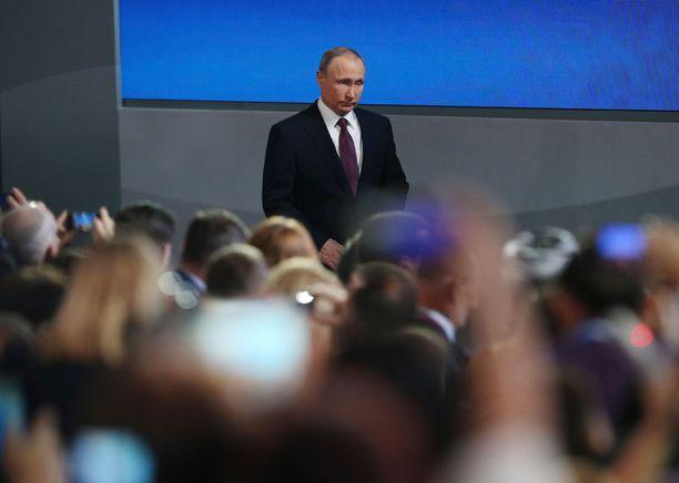 Putinin lehdistötilaisuus jatkuu. Hän vakuuttaa, ettei Venäjä olisi puuttunut Yhdysvaltain vaaleihin.