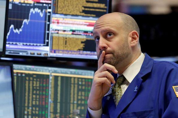 Osakesijoittaminen on vain yksi sijoittamisen muoto. Kuvassa asiantuntija New Yorkin pörssissä.
