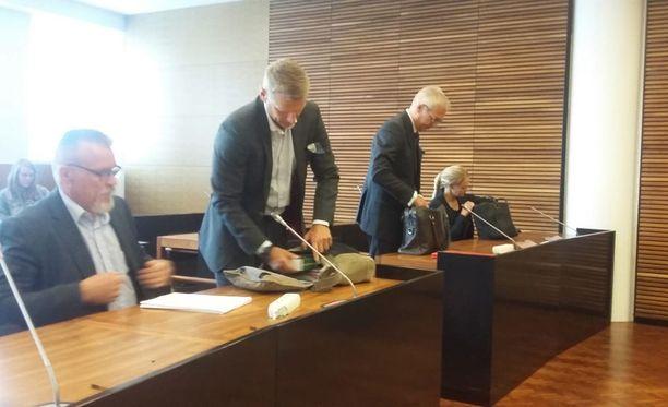 Tutkinnanjohtajat Markku Ranta-aho ja Janne Järvinen, Halmisen asianajaja Kai Kotiranta ja kotietsinnän riitauttanut Laura Halminen saapuivat maanantaiaamuna Helsingin hovioikeuteen.
