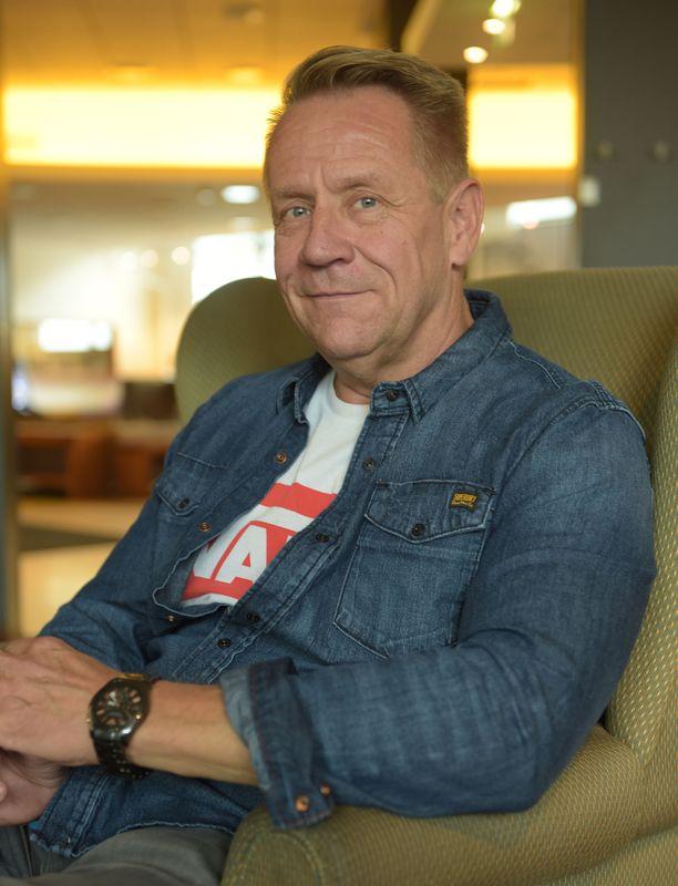 Olli Lindholm menehtyi 54-vuotiaana tehtyään pitkän uran viihdemaailmassa. Konkari muistetaan paitsi musiikillisista saavutuksistaan, myös rohkeista henkilökohtaisen elämänsä muutoksista.