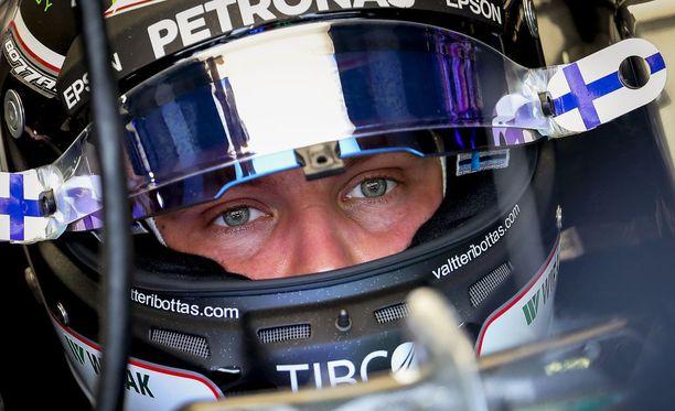 Valtteri Bottas jäi kauas kärjestä Singaporen GP:n aika-ajossa.