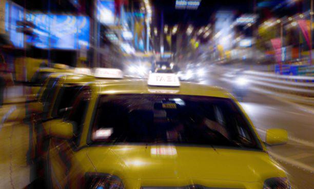 Sivullinen silminnäkijä todisti poliisin riehumisen öisellä taksitolpalla. Kuvituskuva.