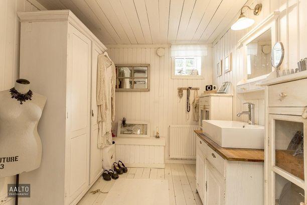 Tämä vaatehuone on valmistautumista varten: voit samassa tilassa pestä kasvot ja hampaat, meikata ja pukeutua. Kätevää!