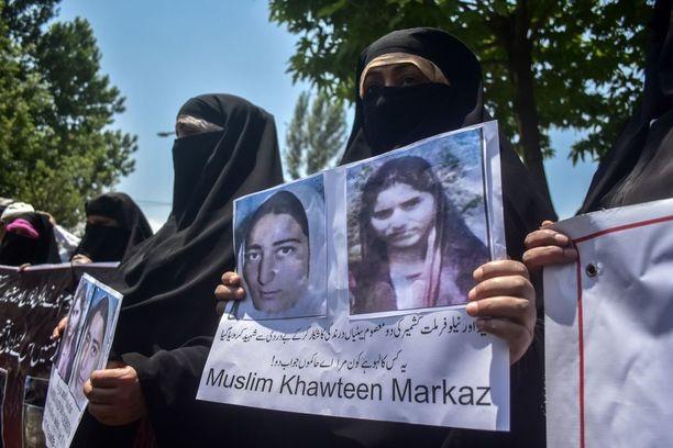 Intian Kashmirissa osoitettiin toukokuussa mieltä kahden nuoren naisen murhan yhdeksäntenä vuosipäivänä. Neelofer Ahanger, 22, ja Asiya Jan, 17, joukkoraiskattiin ennen murhia. Paikalliset syyttävät tapahtuneesta Intian armeijan joukkoja. Rikosta ei ole vieläkään selvitetty.