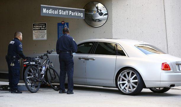 Tällä autolla Kardashianit menivät sairaalaan vierailemaan Lamar Odomin luona.