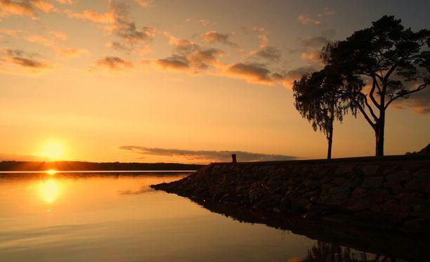 Roope ja Jonny Hietala pitävät Ahvenanmaata paratiisisaarena. Kuvassa auringonlasku Lemströmin kanavalla.