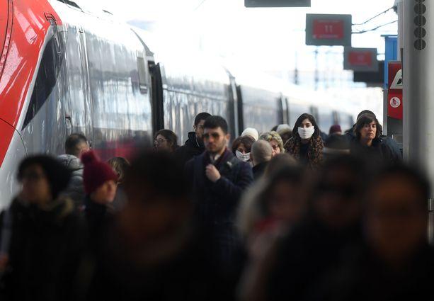 Milanon päärautatiesemalla oli tungosta sunnuntaina.