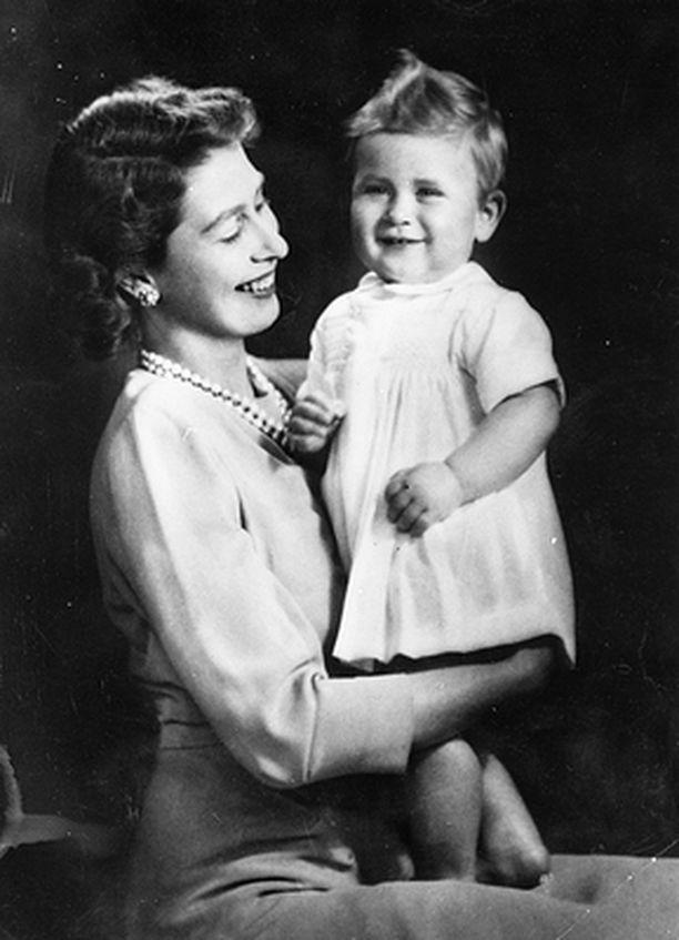 Yksivuotias prinssi Charles äitinsä kanssa syntymäpäiväkuvassa.