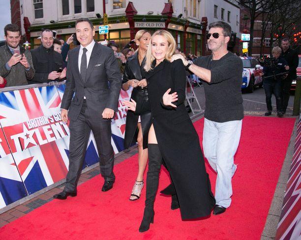 Amanda Holdenin ja Alesha Dixonin lisäksi Iso-Britannian Talentia tuomaroivat Simon Cowell ja David Walliams.