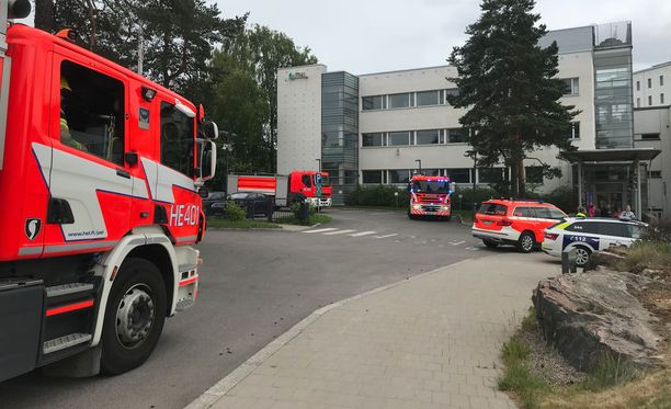 THL:n toimitiloissa oli runsaasti pelastuslaitoksen yksiköitä tiistaina iltapäivällä.